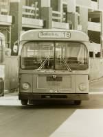 MAN 750 HO-SL/141590/wagen-122-ol-ac-942-ez-1971 Wagen 122, OL-AC 942, EZ: 1971. Leider zeigt das einzige Bild, das ich von Wagen 122 besitze, den Bus nur von vorne. Es entstand am 13.04.82 im Bundesbahnweg. Der Bus trug nachdem er bis 1977 mit ASTRA-Werbung eingesetzt war zu diesem Zeitpunkt Werbung für JEVER-PILSENER. Das Frontfoto zeigt dafür andere Details : Im Kühlergrill steht die Typenbezeichnung '750 SL'. Außerdem der Schriftzug 'Diesel', der nach der Übernahme der Fa. Büssing durch MAN im jahr 1972 durch den 'Büssing-Löwen' ersetzt wurde. Gut zu sehen ist auch die Sonnenblende für den Fahrer. Sie wurde heruntergeklappt und funktionierte wie eine Sonnenbrille mittels getöntem Glas. In der späteren Serienproduktion wurde sie durch eine Jalousie ersetzt. Nachtrag: Mittlerweile kann ich ein weiteres Bild von Wagen 122 zeigen > http://pekol-busse.startbilder.de/1024/wagen-122-ol-ac-942-ez-190055.jpg .