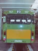 OVB Pekol/150748/wagen-157-ol-ts-731-ez-1983 Wagen 157, OL-TS 731, EZ: 1983. Auch der zweite Gelenkbus stand am 23.09.83 in einer der Werkstattboxen im Depot der OVB Pekol. Die bereits aufgetragene Grundierung der Werbefläche passte aber zu keiner im Fuhrpark vorhandenen Werbung und schon gar nicht zum zweiten ausscheidenden Gelenkbus Wagen 164.