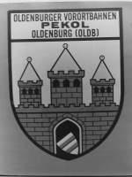 OVB Pekol/151719/das-ende-der-oldenburger-vorortbahnen-pekol Das Ende der Oldenburger Vorortbahnen Pekol GmbH. 1933 hatte Theodor Pekol mit dem Betrieb von benzingetriebenen Bussen angefangen ein Nahverkehrsystem in Oldenburg aufzubauen. Später wurde der Fuhrpark auf Diesel- und dann auf Oberleitungsbetrieb umgestellt. Die Folgen des Krieges gingen auch an den OVB-Pekol nicht spurlos vorbei, aber es zeigte sich, dass Theodor Pekol nicht nur Geschäftsmann war, sondern auch Tüftler und Konstrukteur. Mitte der 50er Jahre entwickelte er den ersten Bus mit selbstragender Karosserie, ein Bus mit mehr Nutzlast als Eigengewicht. Seine Patente und Erfindungen finden heute noch Anwendung und die Firma Kässbohrer führt den Begriff SETRA (SElbstTRAgend) heute noch in ihrer Bezeichnung. Das Wappen der Stadt Oldenburg trugen nicht nur die Linienbusse, es begleitete auch reisende Oldenburger, anfangs auf selbst gebauten Reisebusse, später auf modernen Bussen des Typ Kässbohrer und Mercedes. Wenn die Oldenburger Bus fuhren, dann fuhren sie Pekol, dann fuhren sie ...