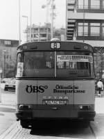 Setra S 130 S/153327/die-oebs-busse-aehnlich-wie-bei-den Die ÖBS-Busse. Ähnlich wie bei den Bussen mit MÖBEL WEIRAUCH-Werbung, lag der Anteil im Fuhrpark bei fünf bis sechs Fahrzeugen. Und alle diese Busse wurden im Herbst 1987 innerhalb weniger Tage umlackiert, nachdem aus der Öffentlichen Bausparkasse (ÖBS) die Landesbausparkasse (LBS) geworden war. Anders als die LBS-Werbung war die Lackierung mit ÖBS auf den meisten Fahrzeugen nicht identisch. Ich zeige sie hier aus diesem Anlaß nochmal in der Reihenfolge wie sie im Fuhrpark erschienen. Wagen 13 war der erste Bus der 1976 die neue Form der ÖBS-Werbung erhielt. Er muss natürlich als Ausnahme betrachtet werden, denn als einziger Setra in dieser Gruppe hinkt der Vergleich mit den anderen Bussen (alles Typ SL I) ein wenig. Die Aufnahme zeigt das Heck von Wagen 13 im April 1982 am Hauptbahnhof. Und jetzt mal ehrlich : Wieviele Unterschiede sind ihnen bislang aufgefallen ? Zählen Sie mal mit ...
