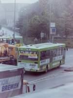 VWG Oldenburg/154376/wagen-18-fast-auf-den-tag Wagen 18. Fast auf den Tag, ein Jahr später entstand dieses Bild. Aufgenommen aus dem Restaurant von Preisland City SB wird der Grund für die verspätete Auslieferung sichtbar. Der Bus war der erste Linienbus der VWG, der mit Klimaanlage ausgerüstet wurde, was angeblich zu den Verzögerungen geführt hat.