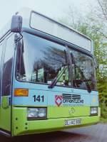 VWG Oldenburg/154764/wagen-141--wie-diese-aufnahme Wagen 141. ... wie diese Aufnahme aus dem Mai 1993 zeigt behielt der Bus die ursprüngliche Wagennummer 101 nicht und wurde neu nummeriert. Er war nicht das einzige Fahrzeug, das dies 1992 über sich ergehen lassen musste. Ein Vorgang, der bis dahin so noch nie stattgefunden hatte. Der Grund dafür liegt zunächst darin, dass man 1988 beim Kauf des ersten Gelenkbusses der SL II-Generation, nämlich dieses O 405 G nicht die alte absteigende Nummerierung fortsetzte und dem Bus die Nummer 156 gab, sondern analog zu den Solowagen jetzt bei 101 begann um aufsteigend fortzufahren. Das hätte auch geklappt, wenn nicht 1992 ein Problem aufgetaucht wäre. Welches erkläre ich, wenn es soweit ist. Beim Jahrgang 1992. Bis es soweit ist lohnt sich aber ein Blick auf die filigran gestalteten Grashalme dieser Werbung. Der Bus schied am 28.09.2000 aus und war später in Leer im Einsatz.